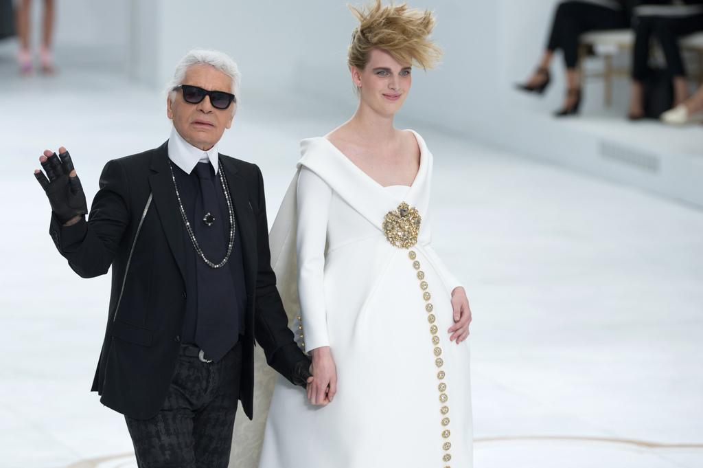 Karl-Lagerfeld-clot-le-defile-Chanel-Couture-avec-Ashleigh-Good-enceinte-et-robe-de-mariee-le-8-juillet-2014_exact1024x768_l